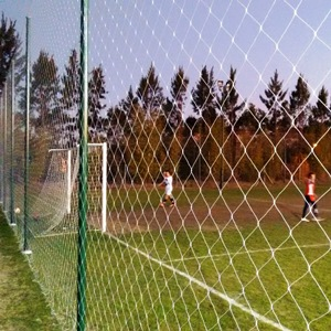 Red contencion pelotas en cancha futbol - 300x300